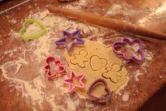 Przygotowywa smakowitych ciastka rodzinny pojęcie, miłości pojęcie/ fotografia royalty free