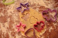 Przygotowywa smakowitych ciastka rodzinny pojęcie, miłości pojęcie/ zdjęcia royalty free