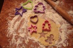 Przygotowywa smakowitych ciastka zarygluj składu pojęcia rodziny orzechy zdjęcie royalty free