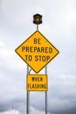 Przygotowywa zatrzymywać gdy błysnący, drogowy znak Zdjęcie Stock