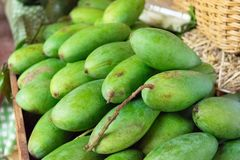 Przygotowywa zielonego mango w koszu Zdjęcia Royalty Free