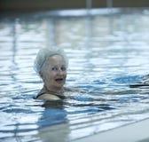 Przygotowywająca dla początek młoda pływaczka Zdjęcia Stock