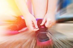 Przygotowywający bawić się pojęcie kobiet Grubego przypływ ona buty Obraz Stock