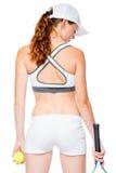 Przygotowywający bawić się tenisowej sportsmenki z plecy w ramie na bielu Fotografia Royalty Free