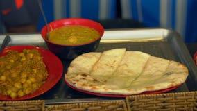 Przygotowywający dla jeść rozkaz w indyjskiej kawiarni Palak paneer i naan zdjęcie wideo