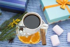 Przygotowywający dla nowego roku, filiżanki kawy i prezentów, obrazy royalty free