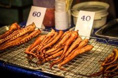 Przygotowywający jeść piec na grillu ośmiornicy w noc rynku dalej Obraz Royalty Free