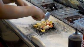 Przygotowywający robić lody rolkom od banana, plazmy ciastka i czekolady śmietanki, zdjęcie wideo