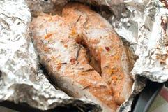Przygotowywający smażącym łososiowy stek jest Fotografia Royalty Free