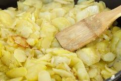 Przygotowywający tradycyjnego hiszpańskiego omelette zakończenie up tła kuchni ostrości pomarańcz paella czerwoni ryżowi selekcyj obrazy stock