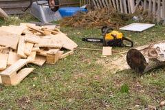 przygotowywający zaczynać ciąć drewno obrazy stock