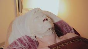 Przygotowywaj?ca starsza kobieta jest ubranym mask? na procedurze w pi?kno salonie zbiory wideo