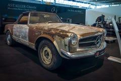 Przygotowywający dla przywrócenia sporta samochód Mercedes-Benz 230 SL Pagode, 1968 (W113) Zdjęcie Royalty Free