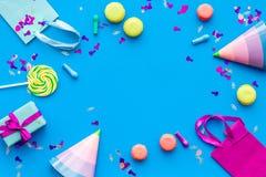 Przyjęć urodzinowych akcesoria Partyjny kapelusz, cukierki, papierowa torba dla prezenta na błękitnej tło odgórnego widoku kopii  Zdjęcie Royalty Free
