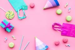 Przyjęć urodzinowych akcesoria Partyjny kapelusz, cukierki, papierowa torba dla prezenta na różowym tło odgórnego widoku kopii pr Obrazy Royalty Free
