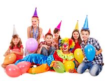 Przyjęcia urodzinowego grupa nastoletni z błazenem. Zdjęcia Stock
