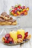 Przyjęcia urodzinowego stołowy położenie: karmowe i kwieciste dekoracje Zdjęcia Stock