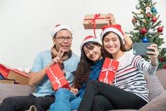 Przyjęcie gwiazdkowe z przyjaciółmi, Asia kobiety selfie z uśmiechniętym fac obrazy stock