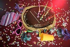 przyjęcie tortowy czekoladowy wakacyjny upaćkany stół zdjęcie stock