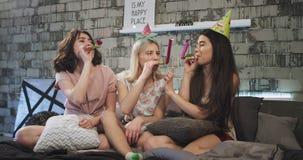 Przyjęcie urodzinowe świętuje w domu sleepover noc dla grupy nastolatek dziewczyny, jest ubranym urodzinowego kapelusz wydaje zab zbiory