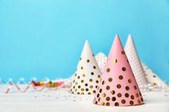 Przyjęcie urodzinowe nakrętki na stole obraz royalty free