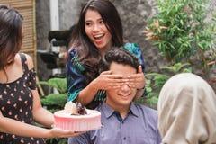 Przyjęcie urodzinowe niespodzianka z przyjaciółmi zdjęcie royalty free