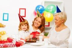 Przyjęcie urodzinowe w rodzinie z małą dziewczynką Zdjęcia Royalty Free
