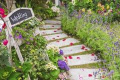 Przyjęcie weselne w pięknym zieleń ogródzie Zdjęcia Royalty Free