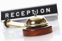 Przyjęcie znak z usługowym dzwonu i hotelu kluczem Zdjęcia Stock