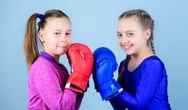 Przyjaźń jak bitwę i rywalizację Przepustka boksu wyzwanie Test dla harta Żeńska przyjaźń Dziewczyny w boksie fotografia royalty free