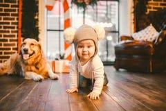 Przyjaźń mężczyzny dziecko i psa zwierzę domowe Tematu nowego roku zimy Bożenarodzeniowi wakacje Chłopiec czołganie uczy się spac obraz royalty free