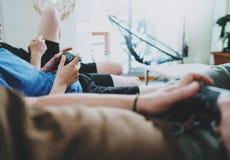 Przyjaźń, technologia, gry i relaksujący czasu pojęcie, w domu - zamyka up męscy przyjaciele bawić się wideo gry przy utrzymaniem zdjęcia royalty free