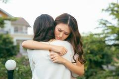 Przyjaźni pomocy poparcie i trudny czasu pojęcie Ludzcy emocj uczucia fotografia royalty free