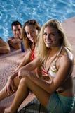przyjaciół basenu pływaccy kobiety potomstwa Zdjęcia Stock