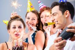 Przyjaciół mieć lub nowy rok wigilia urodziny świętowania Zdjęcie Royalty Free