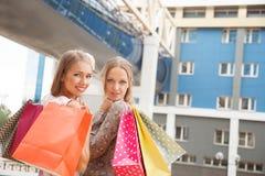 Przyjaciół robić zakupy Zdjęcia Royalty Free