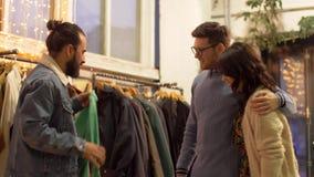 Przyjaciół wybierać odziewa przy rocznika sklepem odzieżowym zbiory