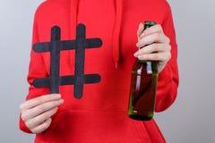 Przyjaciel firmy odpoczynek relaksuje chłód przerwy nałogu alkoholizmu nastolatka interneta online pojęcie Cropped zbliżenie foto zdjęcie royalty free