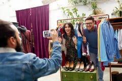 Przyjaciel fotografuje pary przy sklepem odzieżowym Obraz Royalty Free