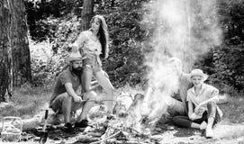 Przyjaciel pary cieszą się urlopowego lub weekendowego lasowego wakacje Firma dorosłych przyjaciół relaksujący pobliski ognisko p fotografia stock