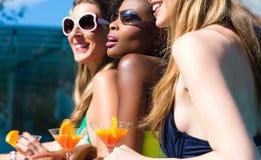 Przyjaciel pije koktajle w pływackiego basenu barze Zdjęcia Royalty Free