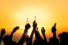Przyjaciel plaży przyjęcia napojów grzanki świętowania pojęcie Fotografia Stock