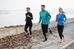 Przyjaciel sprawność fizyczna trenuje wpólnie outdoors żyć aktywny zdrowego Obraz Stock