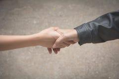 Przyjaciela chwiania ręki wpólnie przy plenerowym Ręki potrząśnięcie między col Obrazy Royalty Free