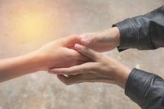 Przyjaciela chwiania ręki wpólnie przy plenerowym Ręki potrząśnięcie między col Zdjęcie Stock