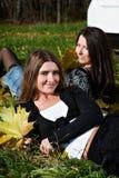 przyjaciela dziewczyn trawy zieleni dwa potomstwa Obraz Royalty Free