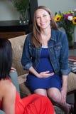 przyjaciela kobieta w ciąży obrazy stock