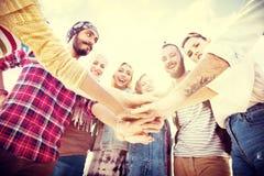 Przyjaciela skupisko Łączy Wakacyjnego przyjęcia grupy pojęcie obrazy royalty free