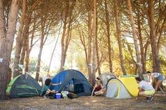 Przyjaciela utworzenia kolorowi namioty przy campsite Obraz Stock