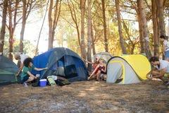 Przyjaciela utworzenia namiot przy campsite Obraz Stock